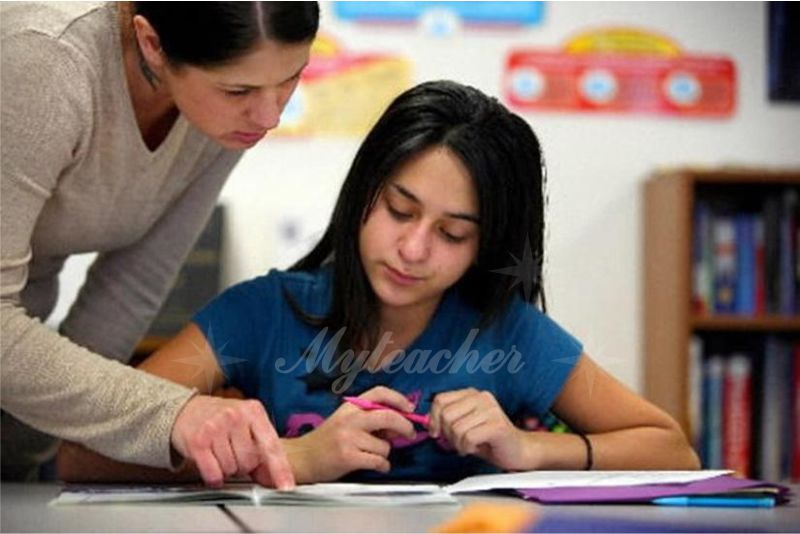 Cô giáo dạy kèm hướng dẫn cho học sinh từng li từng tí