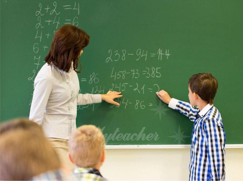 Con thường tỏ ra lúng túng khi ở lớp học đông người