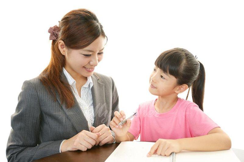 Gia sư dạy kèm ôn luyện kiến thức ở trường học cho trẻ